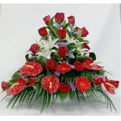 Centro de flor natural, con rosas rojas, anturium rojo, gerbera roja, lilium blanco y verdes variados. (sujeto a modificaciones, por temporada y stock)