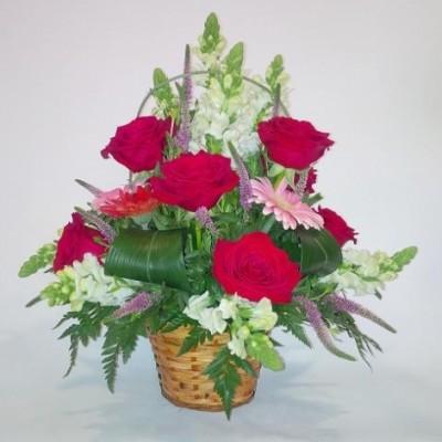 Cesta de flor variada, con rosas, dragonaria y gerberas, mas verdes variados.(sujeto a modificación según stock y temporada)