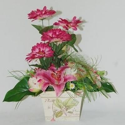 Centro de flor artificial, en bandeja de metal