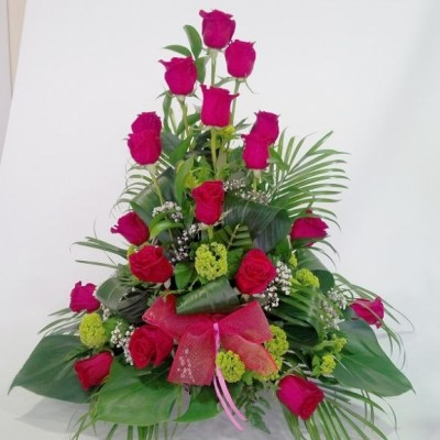 Centro decorativo de 18 rosas rojas mas verdes variados.