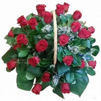 Centro de 24 rosas rojas, hecho en cesta de mimbre.