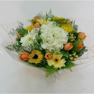 Ramo de flor variada con hortensia, tulipán, hipericum, gerbera y girasoles
