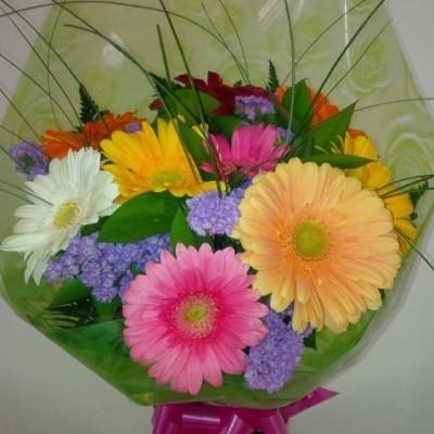 Ramo de flor variada compuesto por gerberas en colores variados