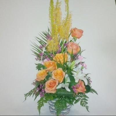 Cesta de flor variada con rosas, lilium y flor variada, mas verde. (sujeto a modificacioens según stock y temporada)